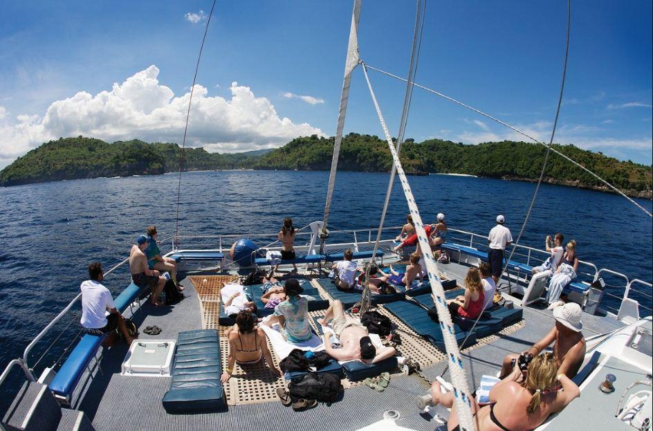 """Berlayar Menuju  Nusa Penida dan Nusa Lembongan"" Castaway Escape Bali Hai Cruise"